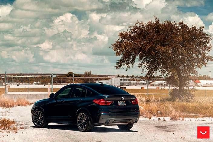 Чёрный кроссовер BMW X4 M40i на дисках Vossen VFS-10