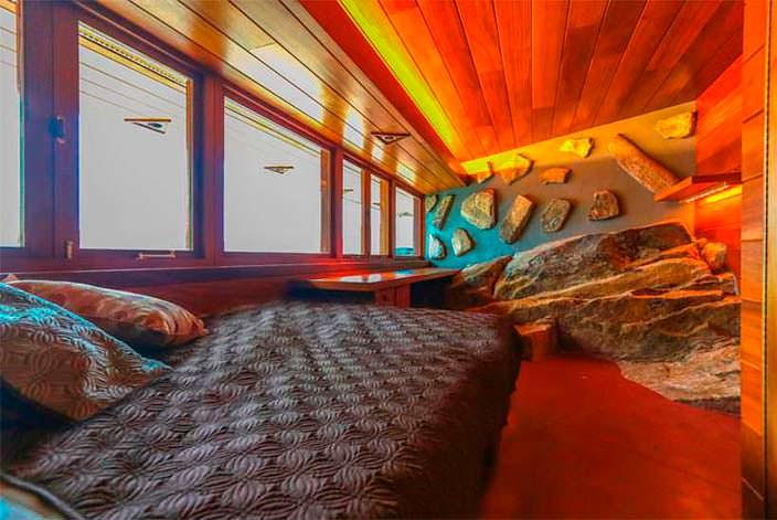 Одна из шести спален в доме на частном острове Петра