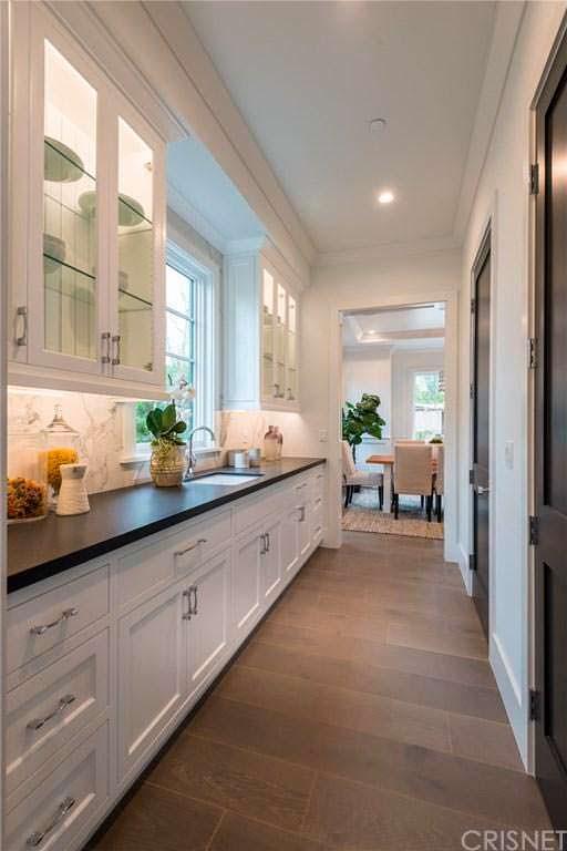 Интерьер длинной и узкой кухни