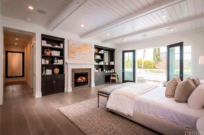 Современная спальня с камином