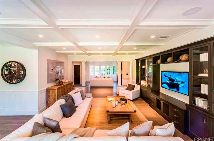 Большой угловой диван в гостиной