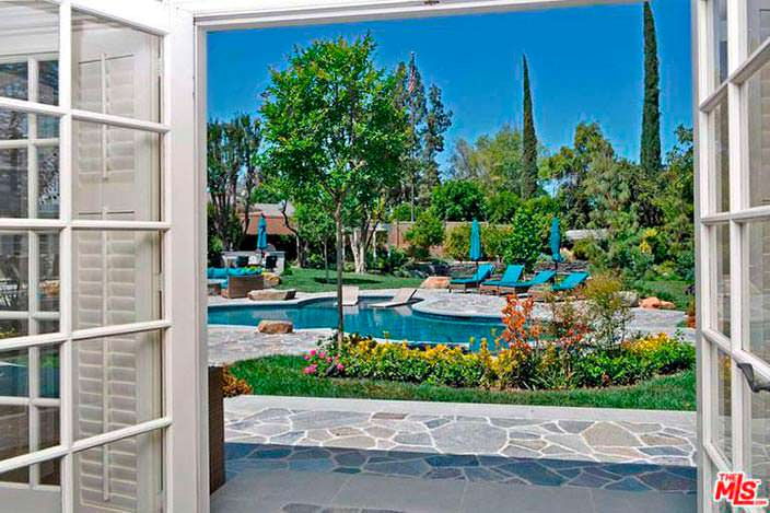Вид на бассейн и спа из дома