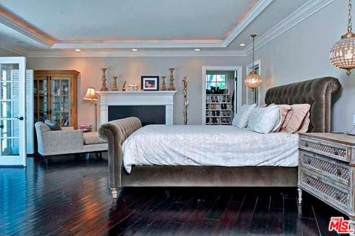 Черный деревянный пол в дизайне спальни