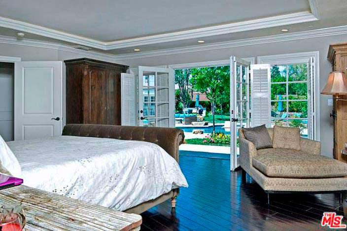 Вид из спальни на бассейн и спа