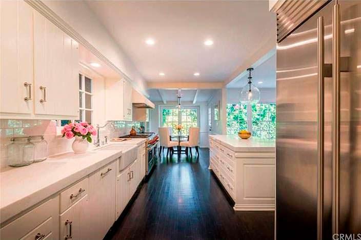 Чёрный пол и белая мебель в дизайне кухни