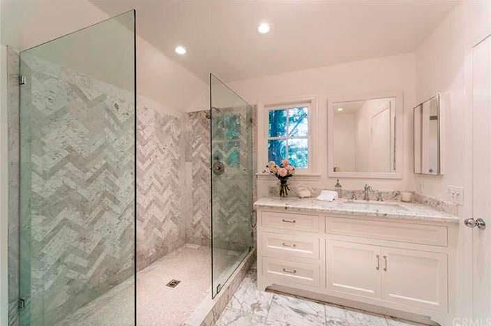 Натуральный мрамор в интерьере ванной комнаты