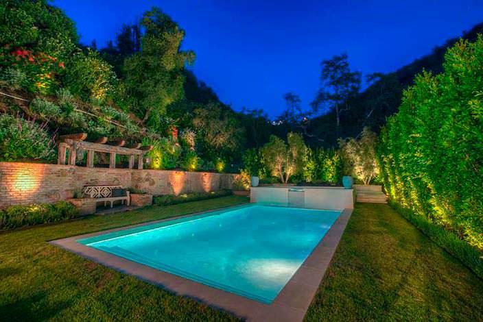 Плавательный бассейн на заднем дворе имения