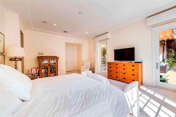 Светлая спальня с телевизором
