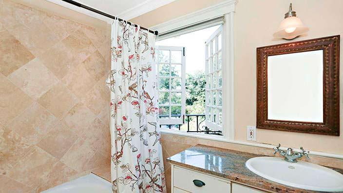 Окно с видом на сад в ванной комнате