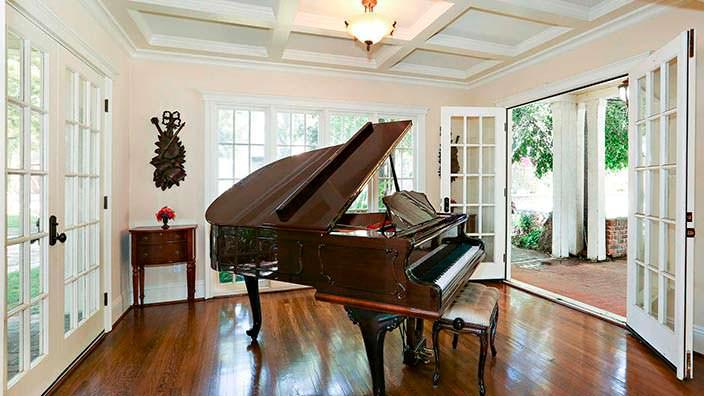 Рояль в интерьере дома в английском стиле