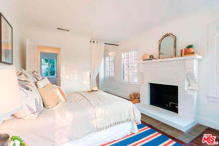 Спальня в светлых цветах в доме Джеймса Франко