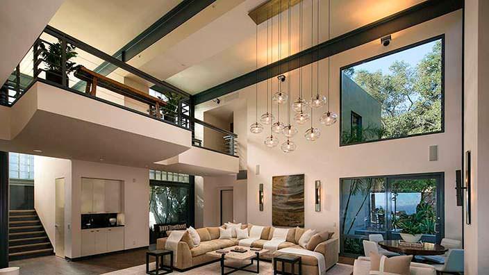 Двухэтажный зал в доме