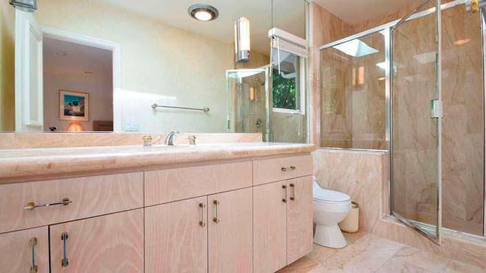 Современная ванная комната на ранчо в Бель-Эйр