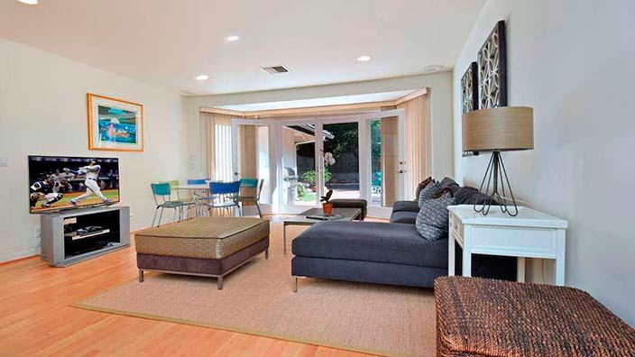 Дизайн комнаты с телевизором на ранчо Джеки Коллинз