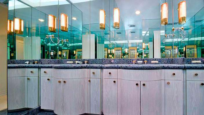 Зеркальная стена в дизайне ванной комнаты