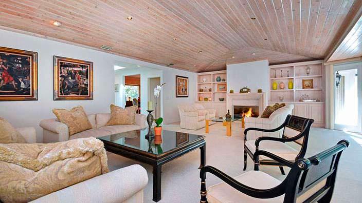 Дизайн гостиной с камином на ранчо Джеки Коллинз