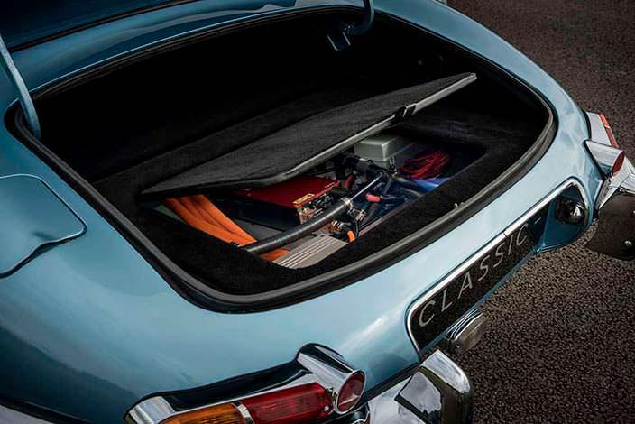 Батареи под полом багажника электрокара Jaguar E-Type Zero
