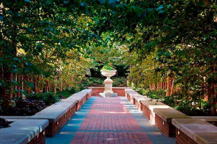 Сад у башни с квартирой Джона Бон Джови