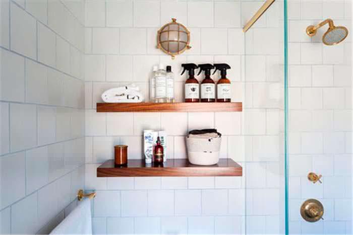 Деревянные полочки в дизайне ванной комнаты