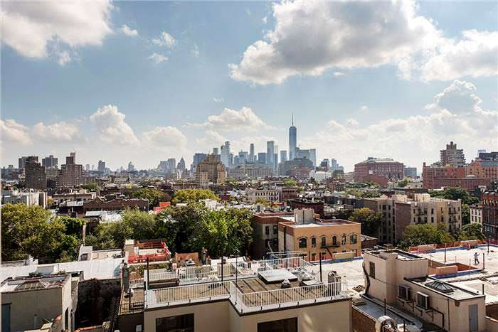 Вид из квартиры в районе Вест-Виллидж на Манхэттене, Нью-Йорк