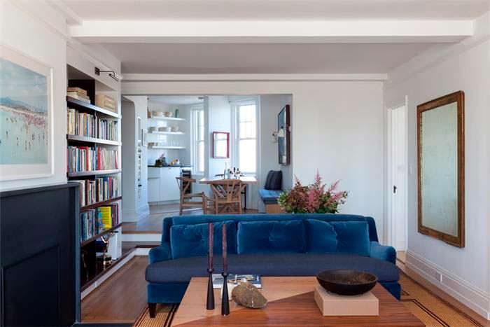 Зал с дровяным камином в квартире на Манхэттене