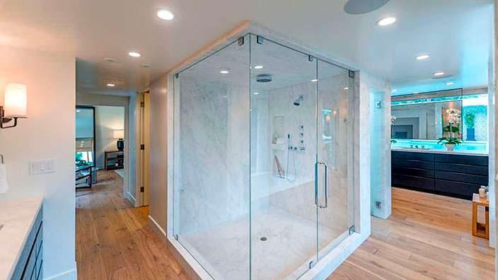 Мраморная душевая кабинка в дизайне ванной комнаты