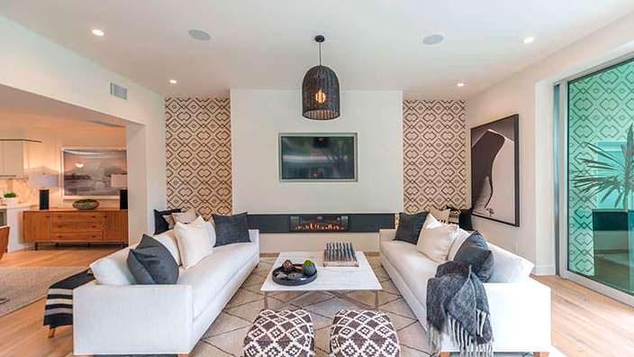 Гостиная с камином, телевизором и диваном