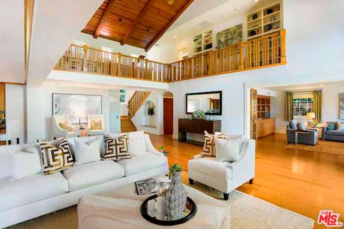 Элитный дизайн гостиной в доме Аланис Мориссетт