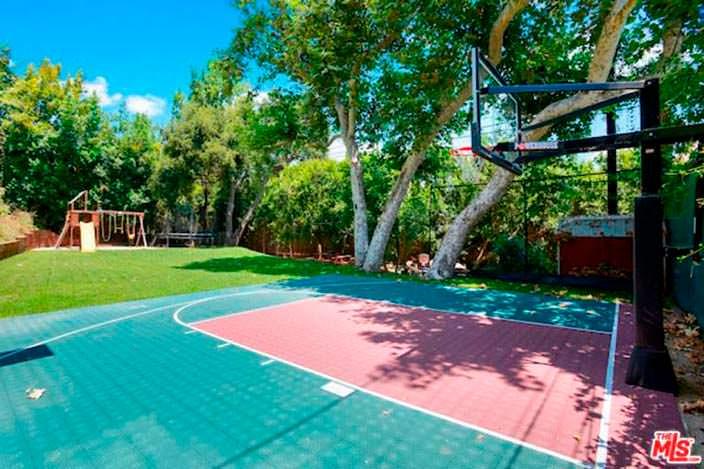 Половина баскетбольной площадки на заднем дворе дома