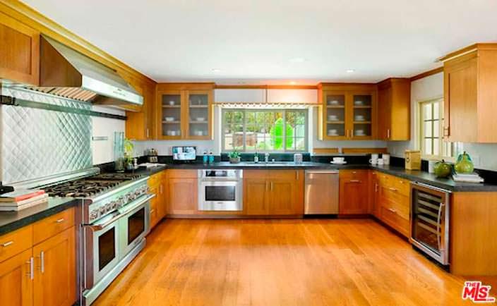 Большая кухня с деревянным полом