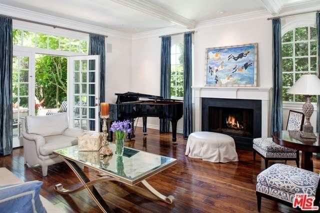 Гостиная с роялем и камином