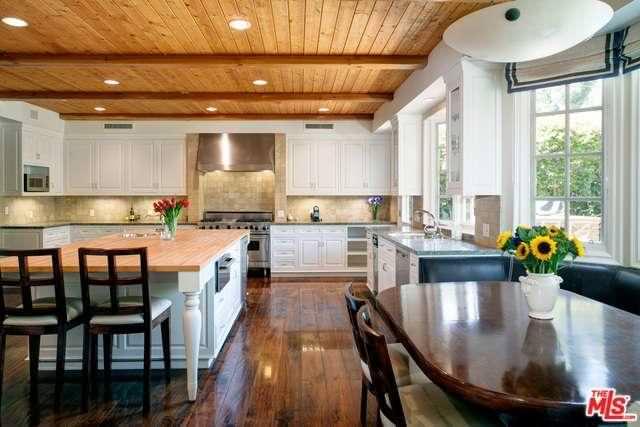 Кухня с деревянным полом и потолочными балками