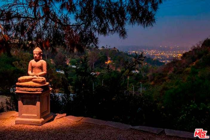 Вид на огни Лос-Анджелеса с холмов Голливуд-Хиллс