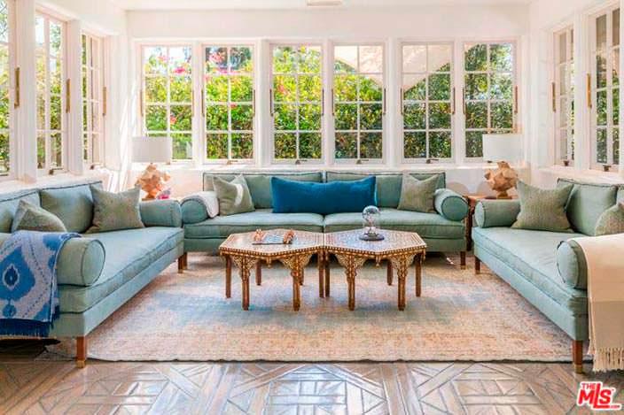 Солнечная веранда с диваном