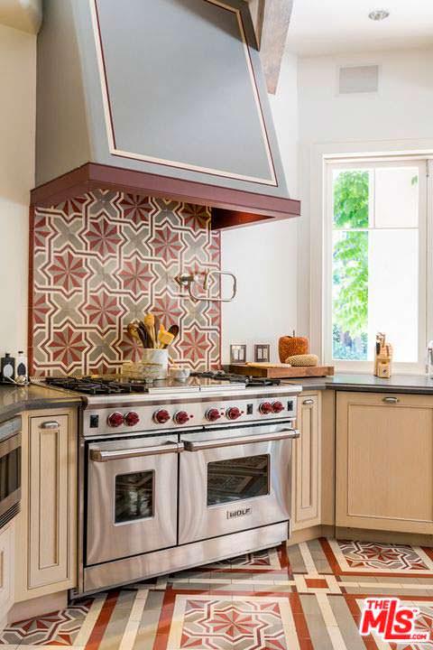 Дизайн кухонного уголка с плитой и вытяжкой