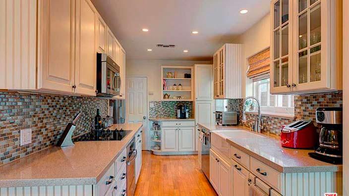 Узкая кухни в доме Бригитты Нильсен