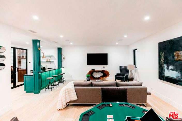 Игровая комната с барной стойкой в доме Серены Уильямс