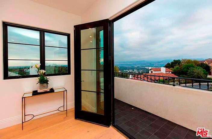 Балкон с видом на Беверли-Хиллз