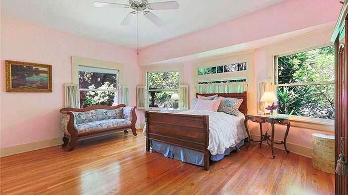 Спальня с вишневым полом