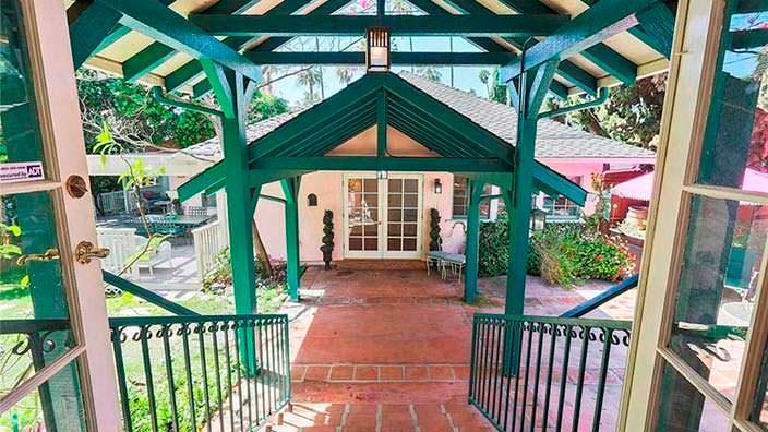 Дизайн заднего двора дома в испанском стиле