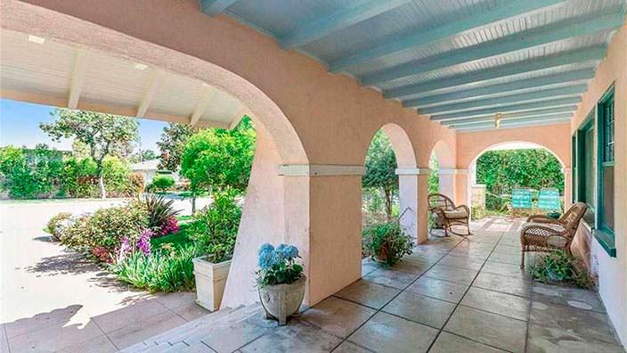 Арочное крыльцо у дома в испанском стиле в Калифорнии