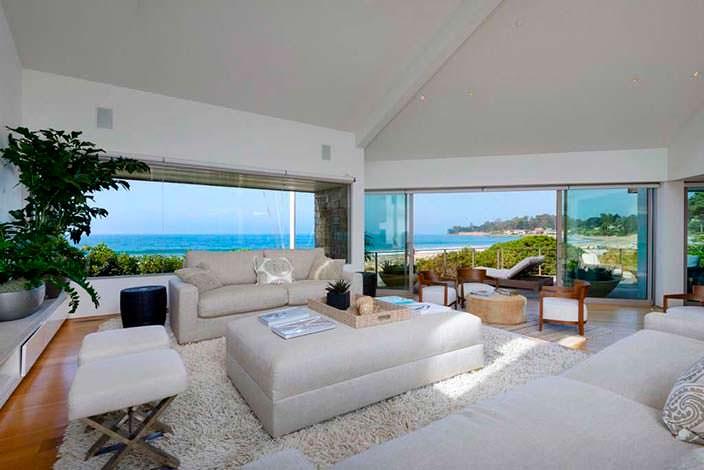 Гостиная с камином, видом на океан и выходом на балкон