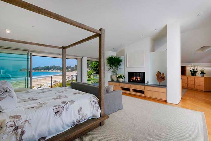 Спальня с камином и окнами на океан