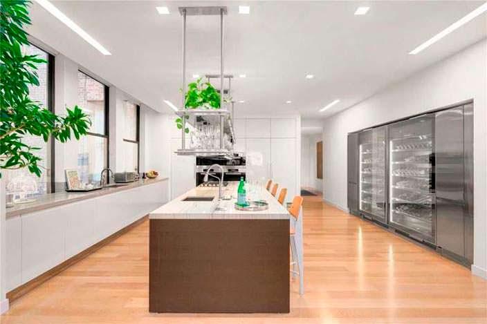 Элитный дизайн кухни с островом в пентхаусе на Манхэттене