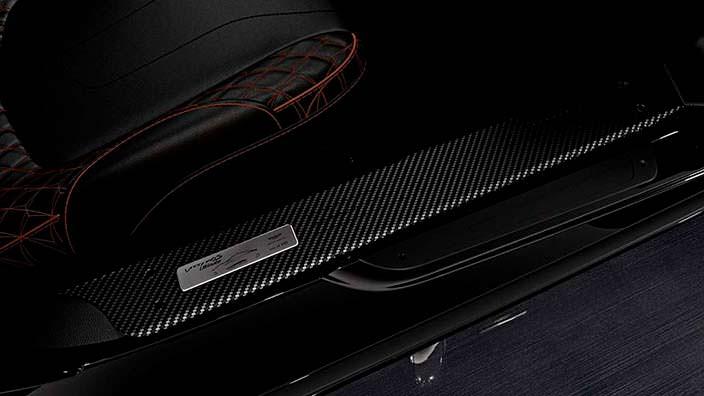Серийная табличка на порогах Aston Martin Vanquish S Ultimate