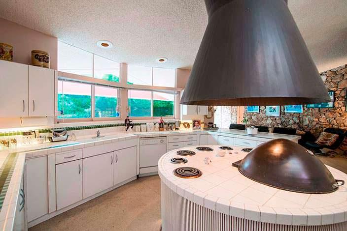 Кухня в стиле модерн в доме медового месяца Элвиса Пресли