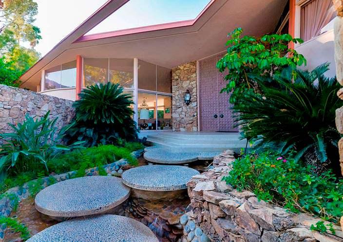 Дом в стиле модерн, где жили Элвис и Присцилла Пресли