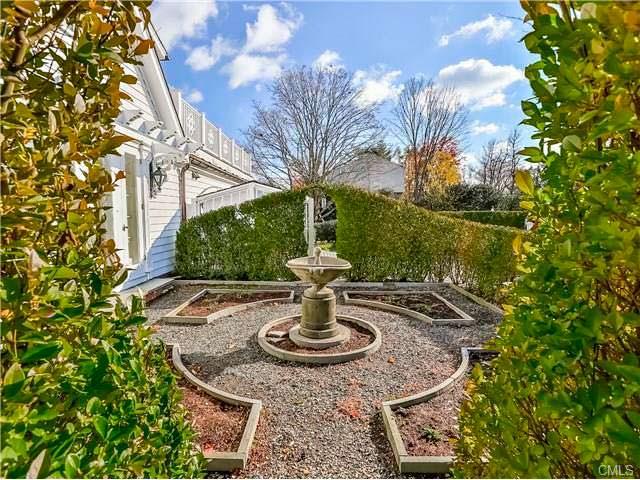 Дом с фонтаном в Коннектикуте актрисы Энн Хэтэуэй