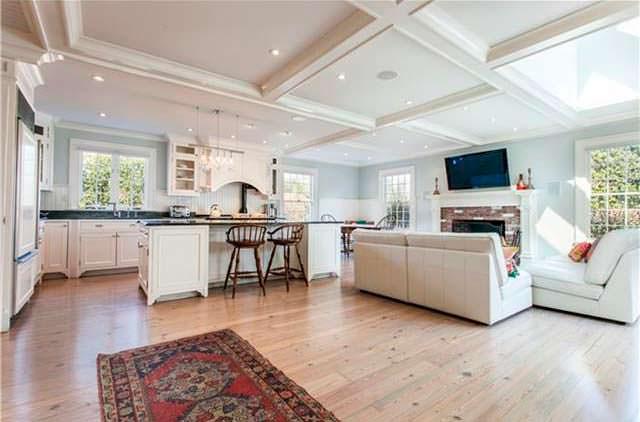 Кухня с камином в доме актрисы Энн Хэтэуэй