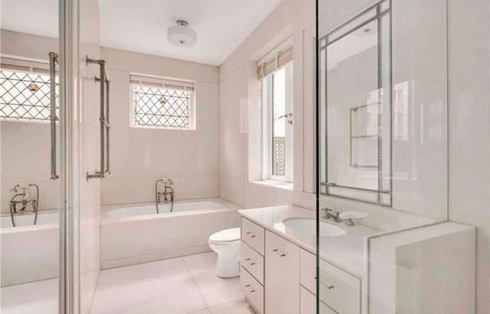 Белая ванная комната с мрамором